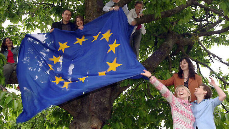 Students holding the EU flag