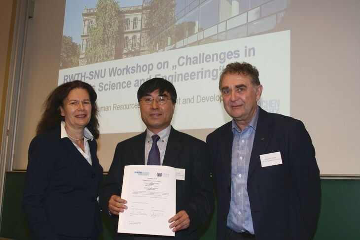 RWTH Vice-Rector Doris Klee, Professor Ki-Bum Kim and Professor Manfred Martin